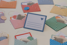 Envelopes of tea for the bride and groom